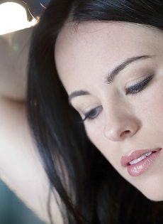 Соблазнительная брюнетка с красивой попой и небольшой грудью - фото #5