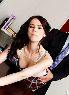 Преподаватель вогнал пенис в раскованную студентку с красивым телом - фото #3