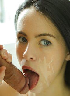 Молодая брюнетка садится на пенис и получает удовольствие - фото #16