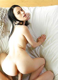 Большой пенис проникает в лысую киску молодой брюнетки - фото #5