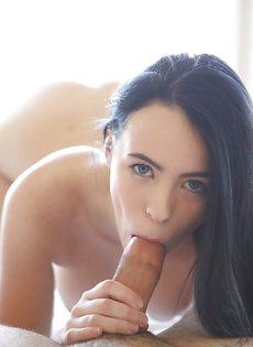 Нежный оральный секс с молоденькой брюнетистой милашкой - фото #13