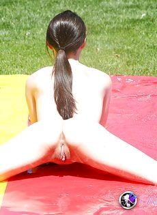 Совершеннолетняя худышка откровенничает на заднем дворе - фото #8