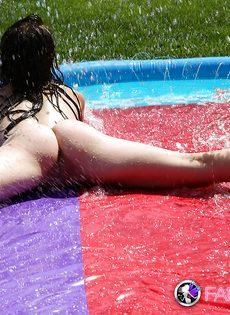 Совершеннолетняя худышка откровенничает на заднем дворе - фото #11