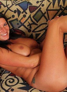 Брюнетка в возрасте позирует голенькой с улыбкой на лице - фото #11