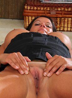 Пухлая женщина легла на полу и раздвинула половые губы - фото #16