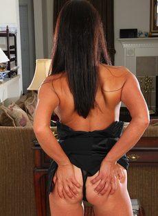 Дамочка с большими сиськами выставила напоказ горячие дырочки - фото #6