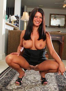 Дамочка с большими сиськами выставила напоказ горячие дырочки - фото #10