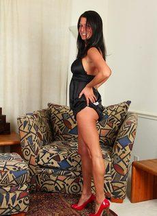 Похотливая мадам задирает ножки и светит сладкой киской - фото #2