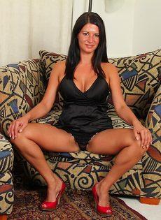 Похотливая мадам задирает ножки и светит сладкой киской - фото #5