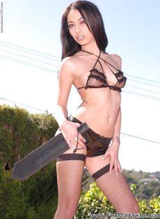 Фигуристая брюнетка в сексуальных черных чулках - фото #4