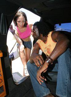 Отполировала здоровенный черный пенис в салоне автомобиля - фото #2