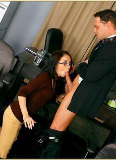 Трах очаровательной латинской девушки в бритую щель - фото #4