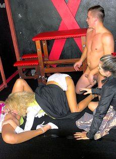 Молодой парень трахнулся с тремя раскрепощенными подружками - фото #14
