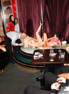 Групповуха богатых мужиков с девушками легкого поведения - фото #3