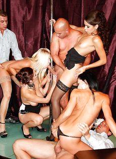Групповуха богатых мужиков с девушками легкого поведения - фото #13