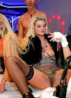 Пьяные девушки удовлетворили незнакомых парней на вечеринке - фото #14