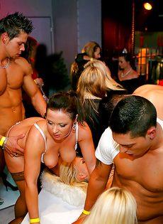 Групповой трах развратных девушек на вечеринке в клубе - фото #14