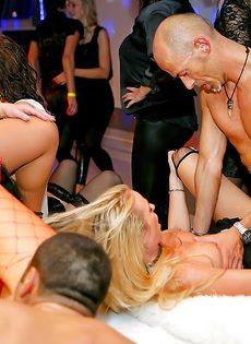Групповой трах развратных девушек на вечеринке в клубе - фото #15
