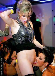Групповой трах развратных девушек на вечеринке в клубе - фото #16