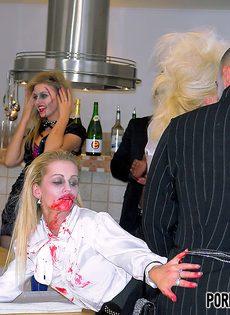 Очень откровенная групповая оргия на Хэллоуин - фото #1