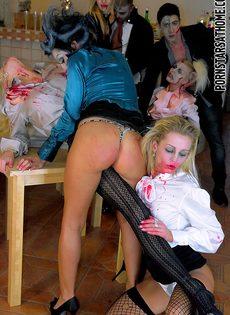 Очень откровенная групповая оргия на Хэллоуин - фото #3