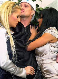 Парнишка трахнулся с горячей блондинкой и страстной брюнеткой - фото #3