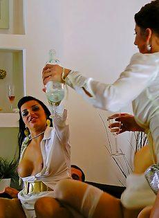 Откровенный групповой секс с раскрепощенными красавицами - фото #6