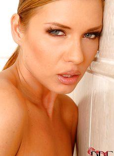 Шикарная блондинка мастурбирует промежность в ванной - фото #2