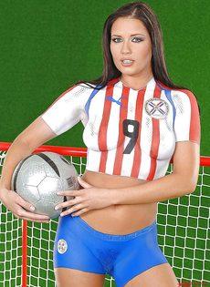 Эротика от привлекательной брюнетки с футбольным мячом - фото #1
