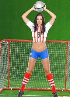 Эротика от привлекательной брюнетки с футбольным мячом - фото #2
