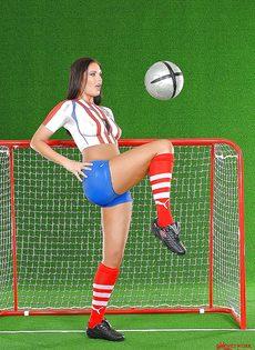 Эротика от привлекательной брюнетки с футбольным мячом - фото #3