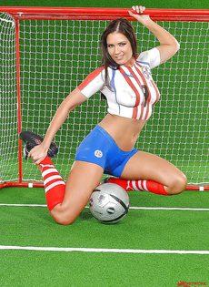 Эротика от привлекательной брюнетки с футбольным мячом - фото #5