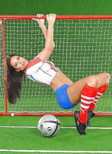 Эротика от привлекательной брюнетки с футбольным мячом - фото #6