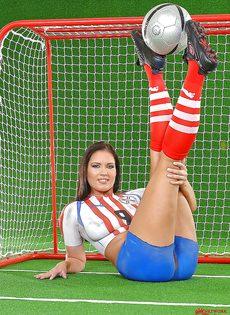 Эротика от привлекательной брюнетки с футбольным мячом - фото #7