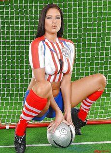 Эротика от привлекательной брюнетки с футбольным мячом - фото #8