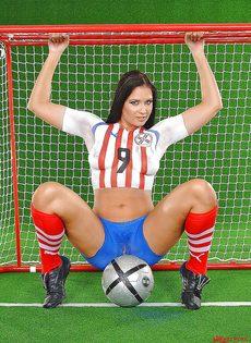 Эротика от привлекательной брюнетки с футбольным мячом - фото #9