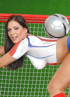 Эротика от привлекательной брюнетки с футбольным мячом - фото #10