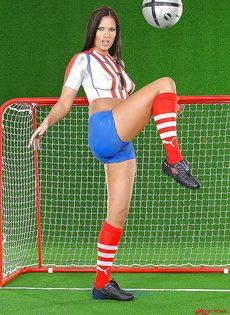 Эротика от привлекательной брюнетки с футбольным мячом - фото #11