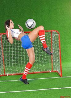 Эротика от привлекательной брюнетки с футбольным мячом - фото #12