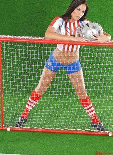 Эротика от привлекательной брюнетки с футбольным мячом - фото #13