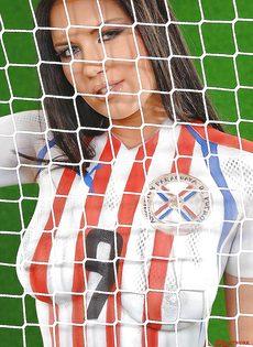 Эротика от привлекательной брюнетки с футбольным мячом - фото #14