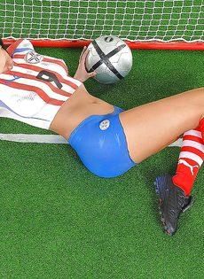 Эротика от привлекательной брюнетки с футбольным мячом - фото #15