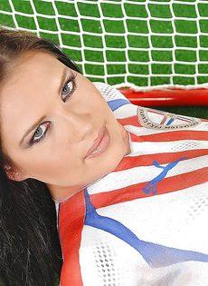 Эротика от привлекательной брюнетки с футбольным мячом - фото #16