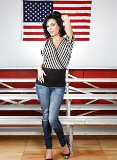 Американская звезда показала сексуальное нижнее белье - фото #1
