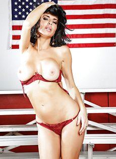Американская звезда показала сексуальное нижнее белье - фото #10