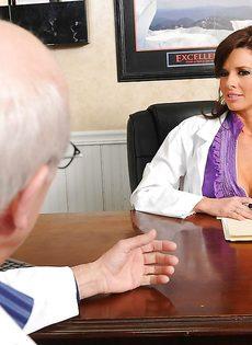 Женщина в белом халате перепихнулась с молоденьким пациентом - фото #1