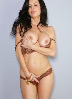Veronica Avluv демонстрирует большие груди крупным планом - фото #9