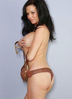 Veronica Avluv демонстрирует большие груди крупным планом - фото #10
