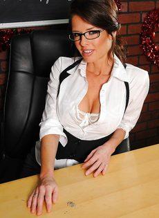 Деловая женщина в сексуальном нижнем белье и в телесных чулках - фото #2