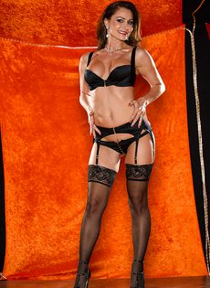 Длинноногая зрелая красавица в сексуальном нижнем белье - фото #1